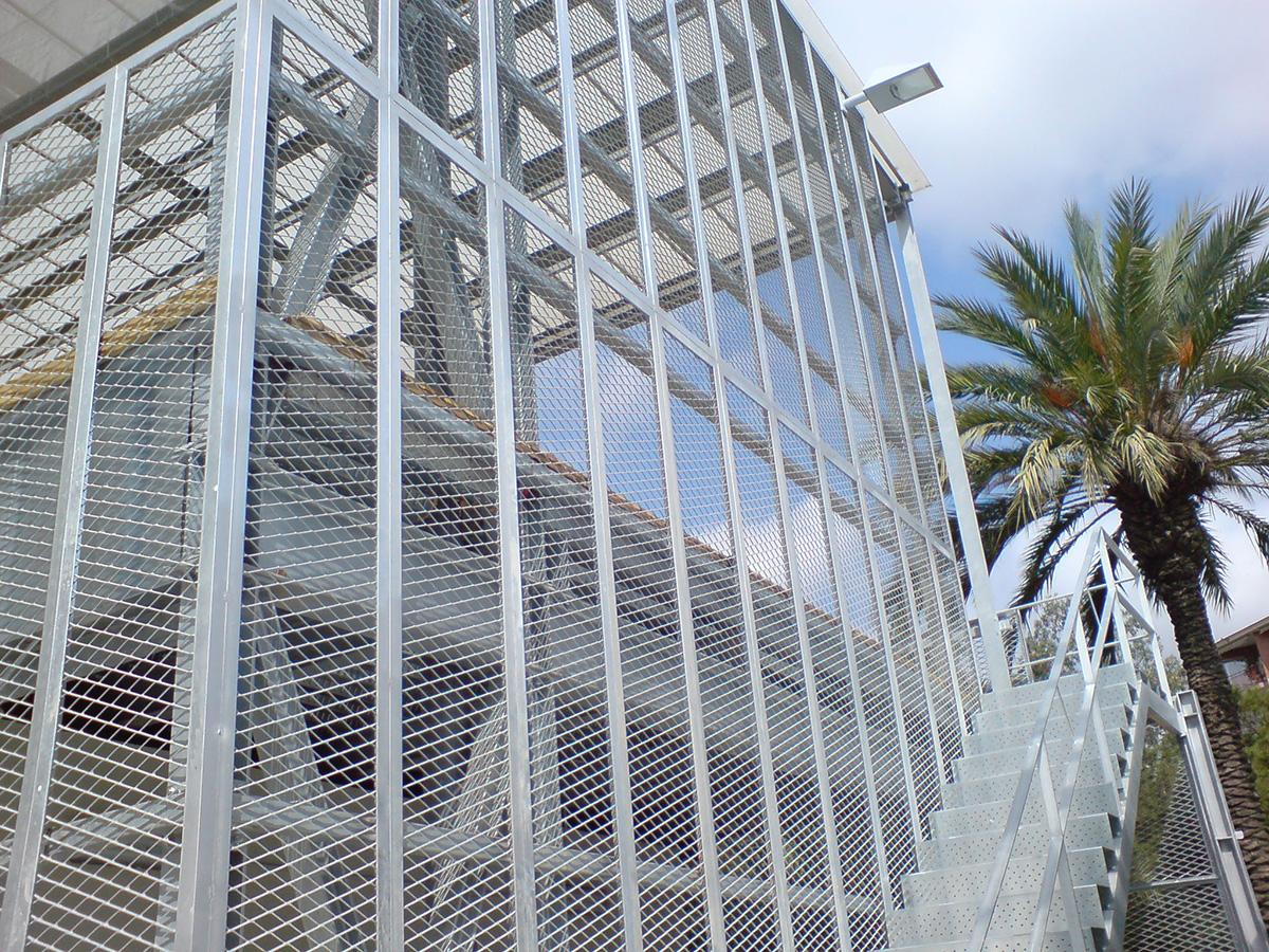 Cerramiento de Metal deploye y escaleras de chapa perforada antideslizante (abocardada)